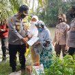 Kapolres Batu Bara Blusukan Berikan Bansos Kepada Janda Pemancing Ikan di Pinggiran Sungai