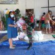 Dansatgas Pamtas Yonif 742/SWY Peduli Korban Banjir bagikan Pakaian