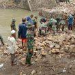 TNI dan Masyarakat Bergerak Cepat Siapkan Pangkal Jembatan Penghubung Desa Rade dan Desa Campa