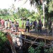 Anggota satgas TMMD TNI, Polri dan masyarakat kerja keras melakukkan bangun jembatan penghubung dua dusun di Desa Aik Bukak